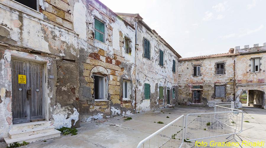 Toskana Pinaosa Island National Park des Toskanischen - verfallenen Häusern und unbewohnt im Hafengebiet
