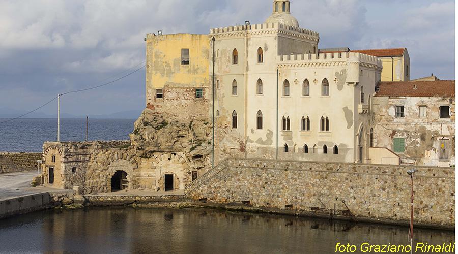 Toskana Pinaosa Island National Park des Toskanischen - Gebäude der Gefängnisdirektor über den Hafen